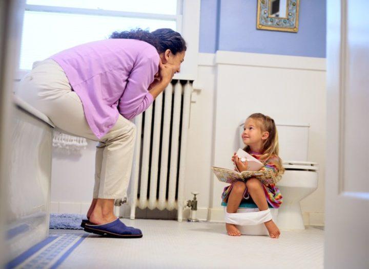 Способы реализации мастурбации у детей разные: удачно расположенная между ног игрушка или подушка, душевой фонтанчик, трение о диван и так далее.