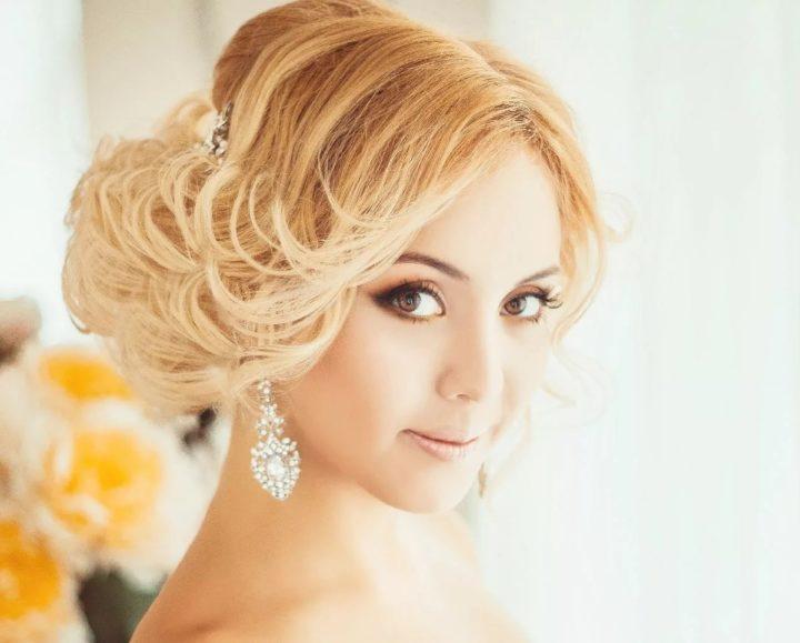 Все свадебные укладки на средние волосы с челкой можно разделить на несколько типов: с фатой; без фаты популярная прическа для свадьбы на средние волосы – пучок.