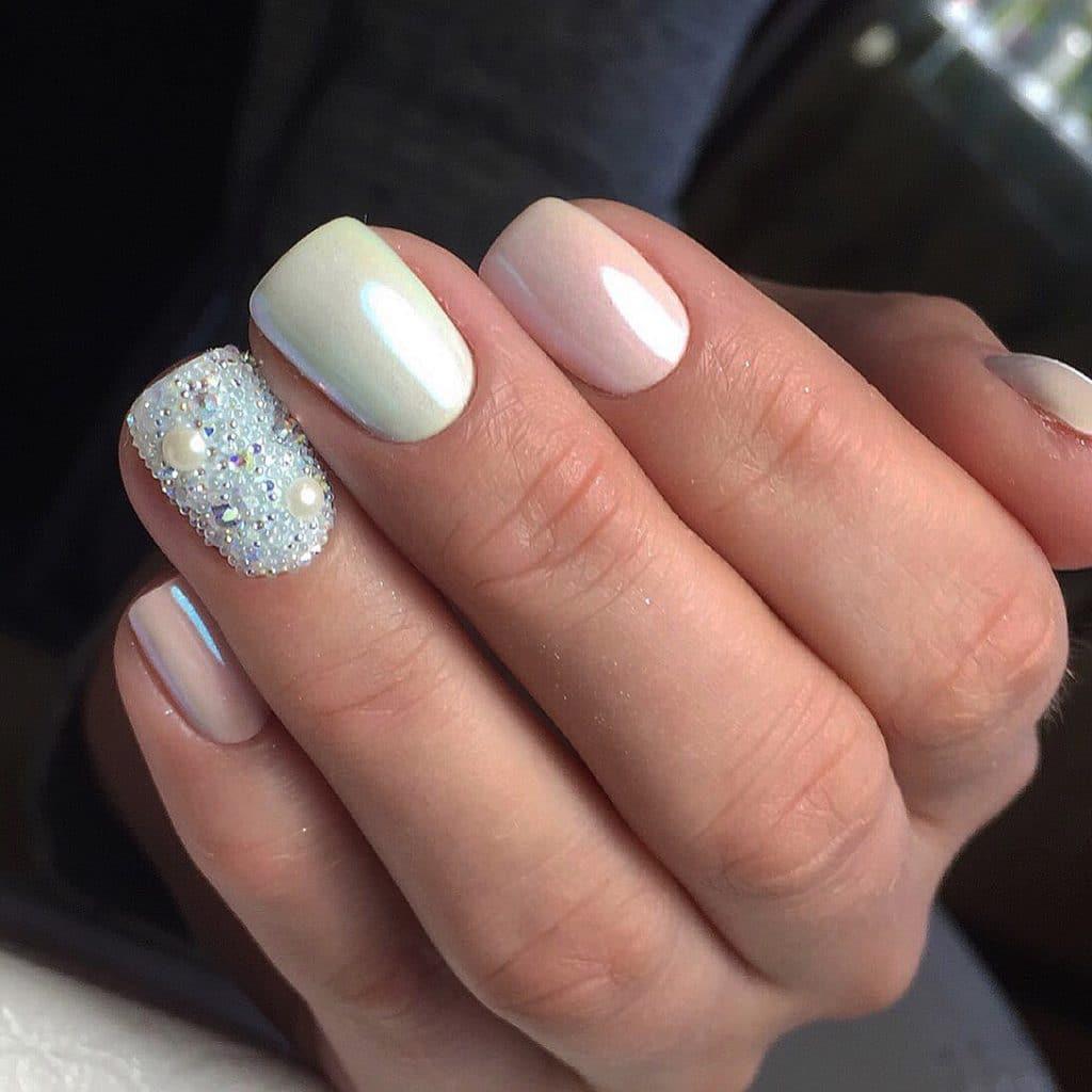 элегантный дизайн ногтей с золотой втиркой