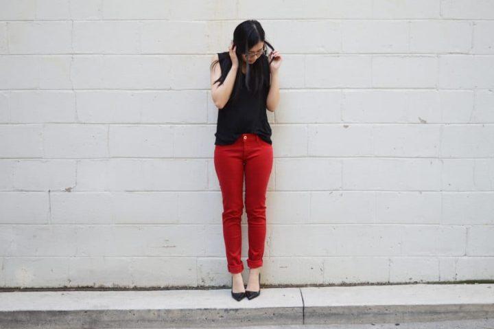 С чем носить красные брюки? (54 фото)