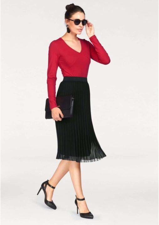 8ce588b7d91 Туфли-лодочки и босоножки подбираются либо по цвету юбки или вашего верха.  В некоторых случаях они могут быть и другого цвета. Главное чтобы он резко  не ...