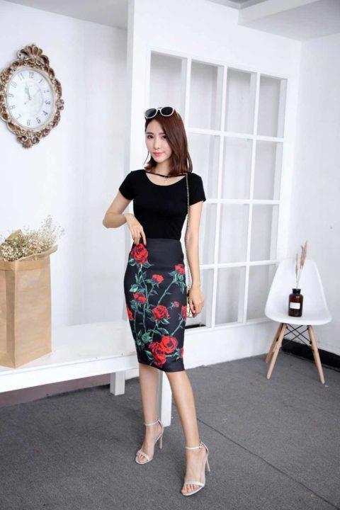 a354d49b48e В деловом варианте уместно сочетается такая юбка в совмещение с однотонным  верхом. К светлой юбке выбирайте блузы пастельных тонов