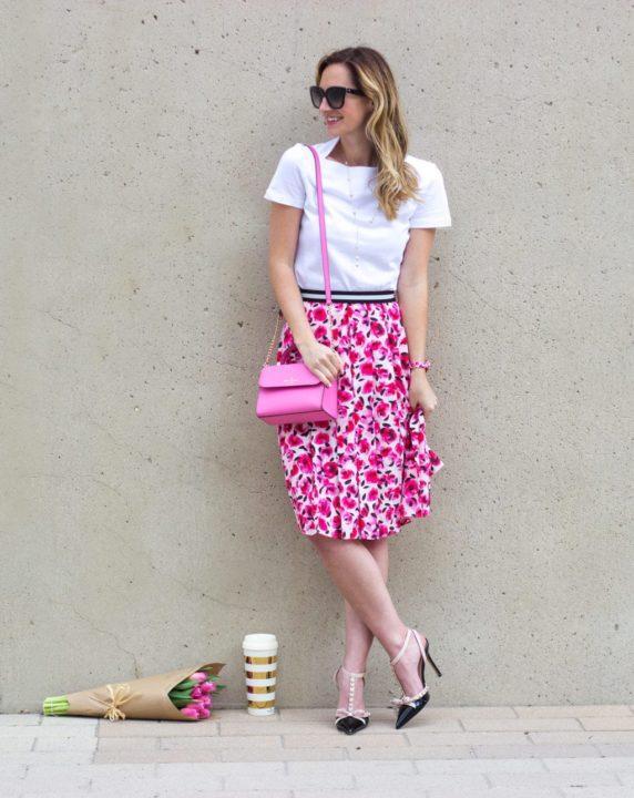 cd198ddab4cb Также юбки розовых цветов с белыми блузами прекрасно сочетаются с розовыми  сумками в романтическом образе.