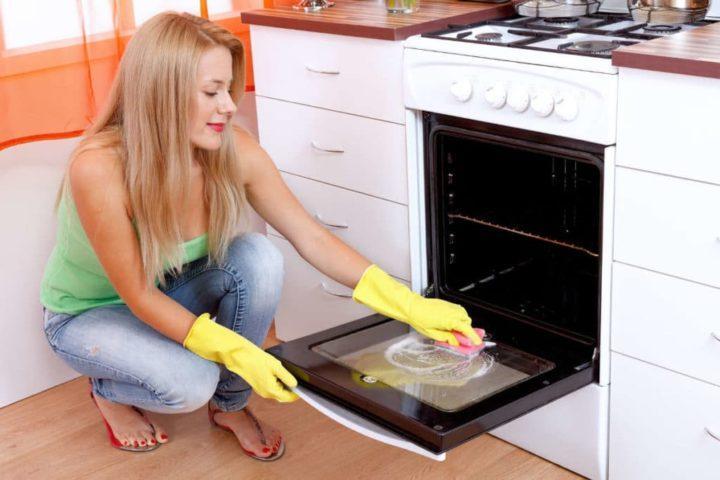 Как быстро почистить духовку изнутри