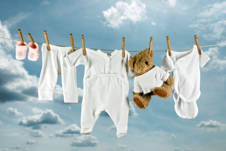 Как и чем стирать вещи новорожденных