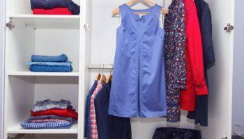 Как складывать одежду в шкаф чтобы она не мялась — самые эффективные способы