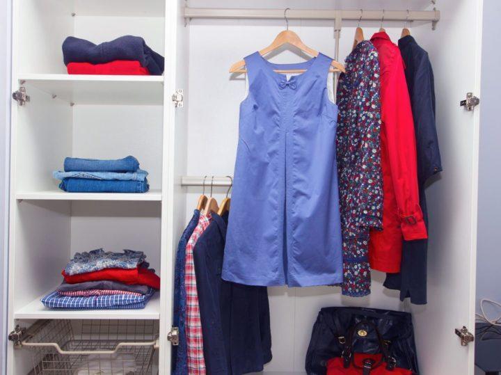 Как складывать одежду в шкаф чтобы она не мялась – самые эффективные способы