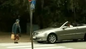Старушка проучила парня, который решил, что она слишком медленно переходит дорогу…